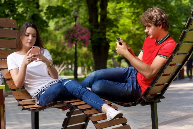 ベンチに座るカップル