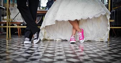 結婚式をするカップル